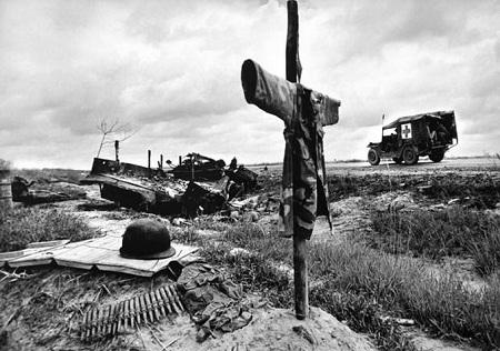Một chiếc xe cứu thương của quân đội Việt Nam Cộng hòa chạy trên quốc lộ 13 ở miền Nam Việt Nam.