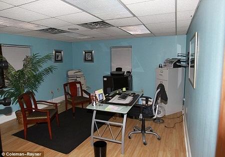 Căn phòng này từng là phòng ngủ của Julia, giờ đây nó đã được cho thuê và trở thành một văn phòng.