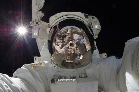 """Bức ảnh """"tự sướng"""" của phi hành gia người Nhật Aki Hoshide chụp ngoài không gian vũ trụ."""
