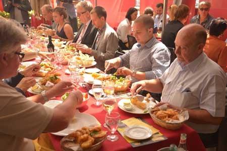 Các vị khách và đại biểu thưởng thức hải sản Việt Nam. Ảnh: Quang Minh (PV TTXVN tại Australia)