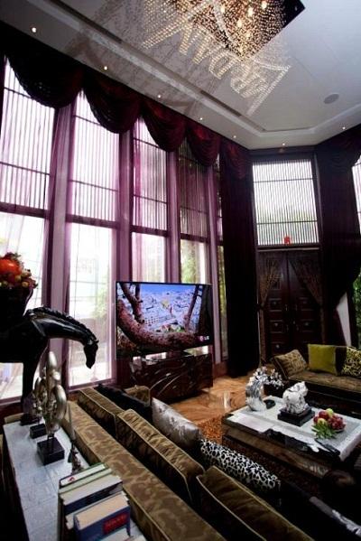 Bên trong phòng khách, chiếc piano được Mr. Đàm đặt trân trọng ở góc phòng, n