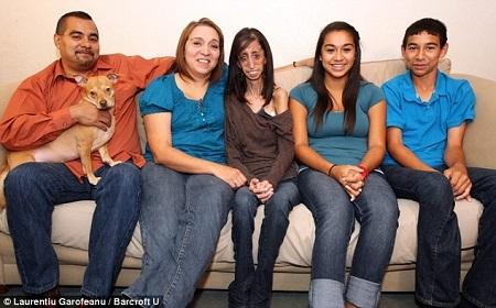 Lizzie cùng cha mẹ và hai em.