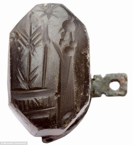 Các nhà khảo cổ đã tìm thấy hơn 600 con dấu và bùa hộ mệnh với niên đại lên tới 2.400-2.700 năm.