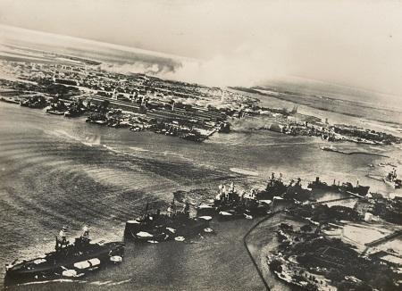 Ngư lôi Nhật tấn công chiếm hạm Row trong Cuộc tấn công Trân Châu Cảng năm 1941.
