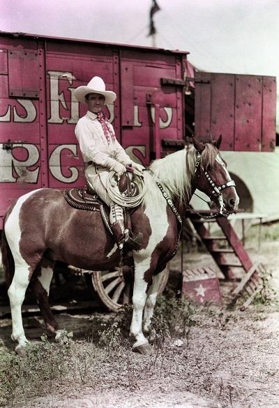 Diễn viên xiếc ngựa với phong cách của cao bồi miền Tây.