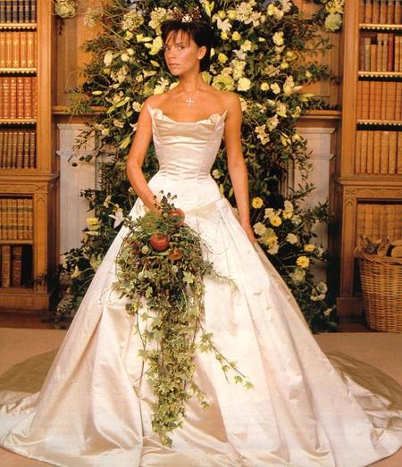 Victoria Beckham đã đội chiếc vương miện vàng của nhà thiết kế Barrett trong lễ cưới của mình.