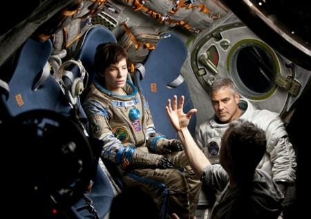 Đạo diễn Alfonso đang chỉ đạo diễn xuất 2 diễn viên chính trong phim Gravity.