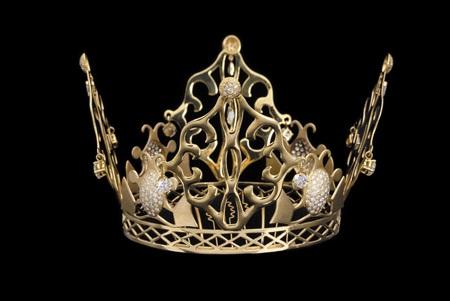 Cận cảnh chiếc vượng miện vàng đẹp như mơ của cô dâu Victoria Beckham.
