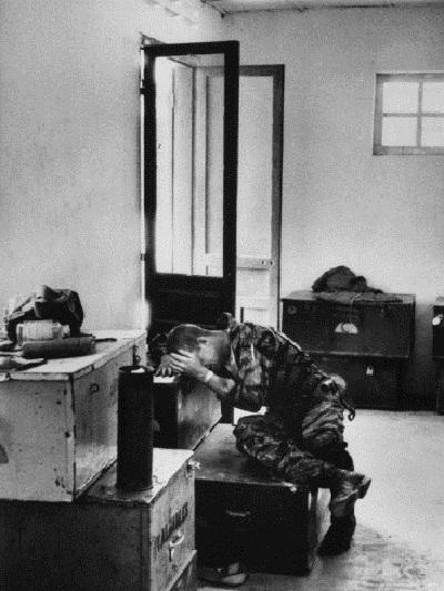 Quá sợ hãi trước những gì chứng kiến ở chiến trường, một lính Mỹ trẻ tuổi trốn vào một góc để khóc.