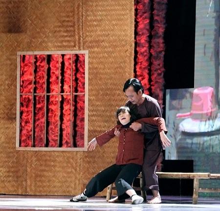 Hai nghệ sĩ hài Vân Dung và Quang Tèo đóng vai vợ chồng với Bão Trong Nhà.