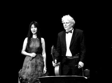 Nghệ sĩ Camille Huyền trong đêm diễn tại Nha Trang, tháng 4/2012.