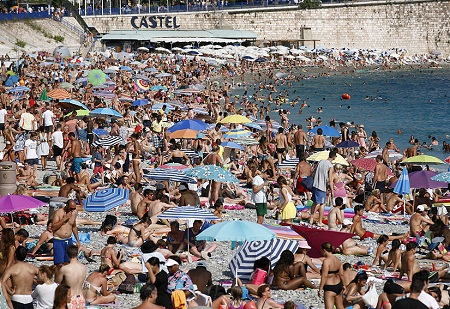 Ngày 15/8: Người dân đổ ra bờ biển Nice, Pháp trong đợt nắng nóng kéo dài.