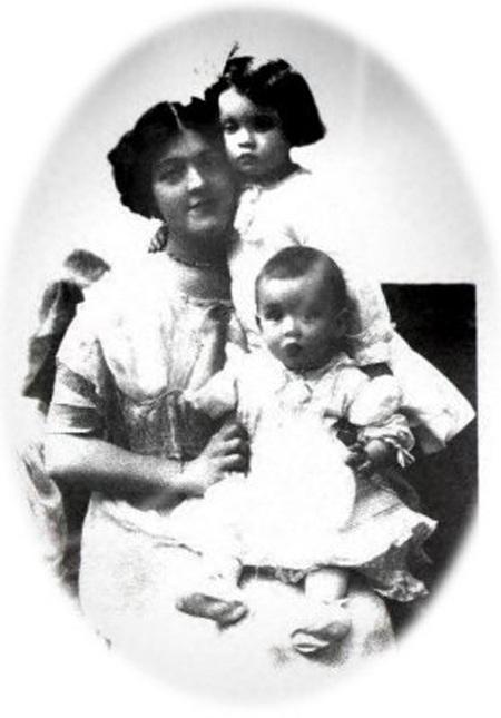 Ảnh chụp bà Bess Allison cùng con gái Loraine và con trai Trevor.