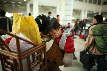 """Người lớn mệt mỏi đã đành, rất nhiều em nhỏ theo cha mẹ về quê ăn Tết cũng bị """"mệt lây""""."""