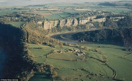 Nhà thờ nằm giữa một vùng đất có khung cảnh thiên nhiên tuyệt đẹp, ngay bên bờ sông Wye.