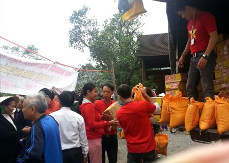 Chuyển gạo cho bà con bị thiên tai tại tỉnh Hà Tĩnh vào tháng 11 vừa qua