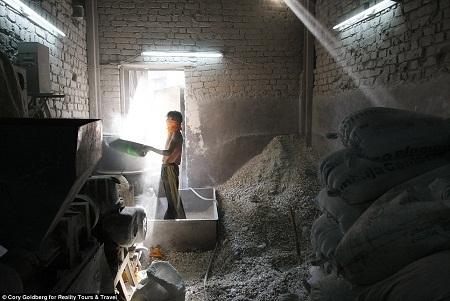 Một xưởng nấu nhựa tái chế ở Dharavi.