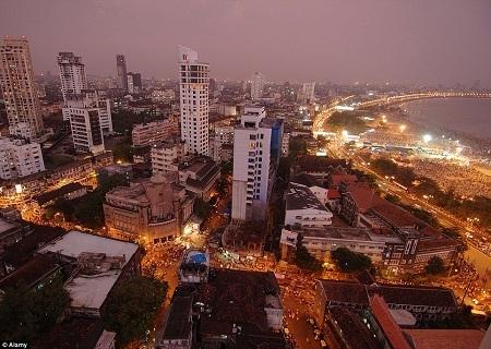 Phía nam thành phố Mumbai, chỉ cách khu ổ chuột Dharavi vài km là nơi những người giàu sinh sống.