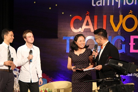 Cô Hà Thanh Vân - hiệu trưởng trường Nguyễn Đình Chiểu đón nhận quà của Mikhail Samarsky.