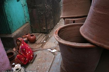 Một người phụ nữ làm việc ở xưởng gốm.