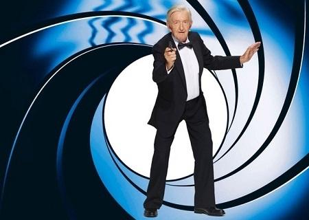 Cụ Wilhelm Buiting, 89 tuổi, hóa thân thành điệp viên James Bond.