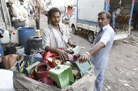 Thu mua và nấu nhựa tái chế là nghề phổ biến nhất ở đây.