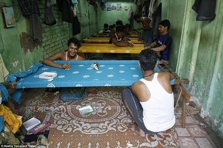 Một xưởng thêu với các nhân công chủ yếu là các thanh niên trẻ sớm thất học vì nhà quá nghèo.
