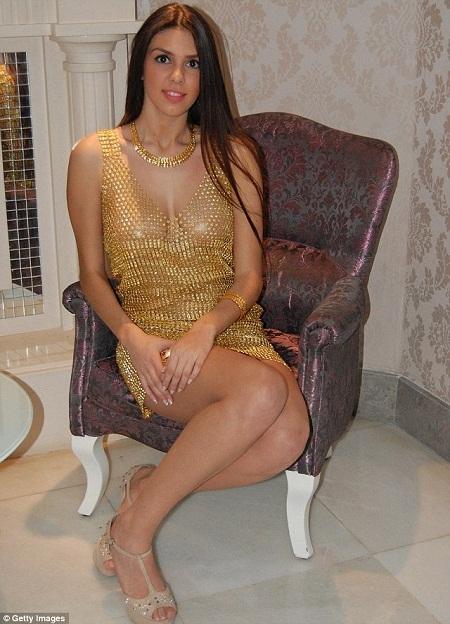 Diện váy bằng vàng ròng đón năm mới