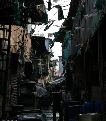 Một con hẻm chật chội trong khu ổ chuột Dharavi.