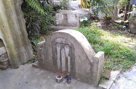 Nhiều ngôi mộ nằm ngay trước cửa nhà dân