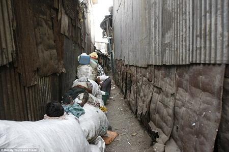 Một quán ăn nhỏ nhắn, gọn gàng trong khu ổ chuột Dharavi.