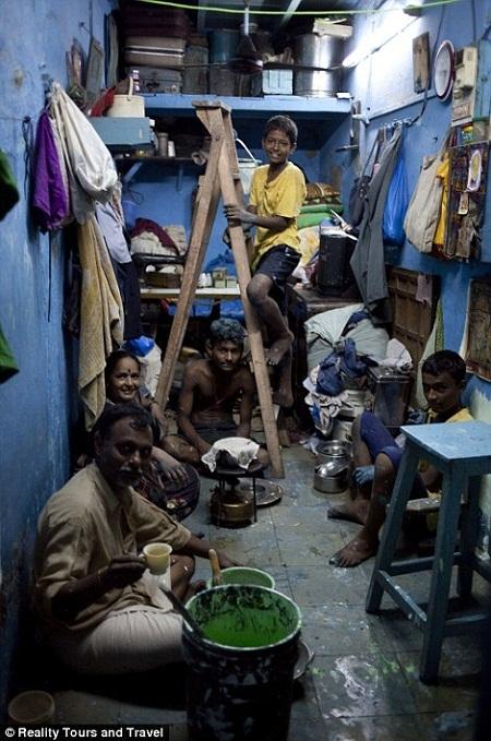 Một gia đình sinh sống trong một căn phòng bé xíu.