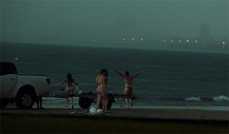 Thảm kịch nữ du khách bị sét đánh trên bãi biển