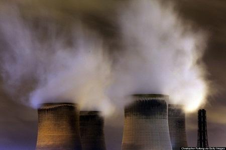 Những ống khói của một nhà máy nhiệt điện ở thị trấn Warrington, Anh