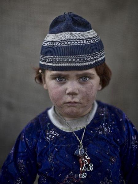Những gương mặt trẻ em Afghanistan đi tị nạn ở Pakistan.