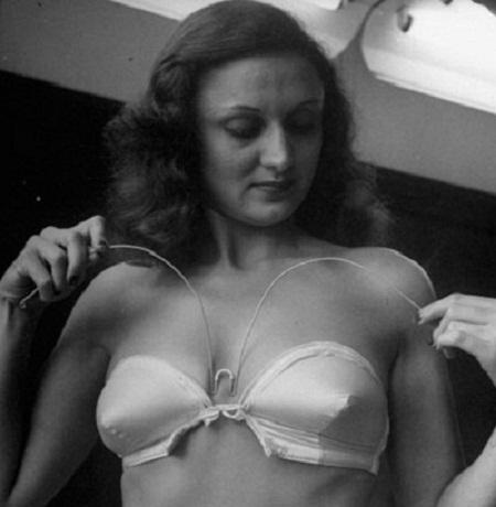 Năm 1946, chiếc áo lót không dây ra đời với sợi dây thép được sử dụng để chia tách hai bầu ngực.