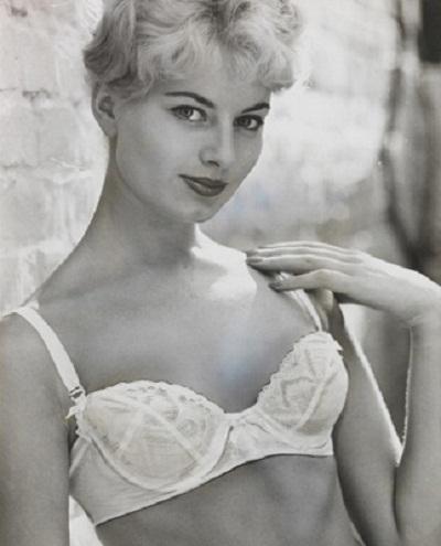 Một mẫu áo của hãng Christian Dior với nhiều chi tiết ren, đăng-ten… hồi năm 1959.