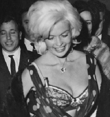 Nữ diễn viên Jayne Mansfield bị lộ nội y khi đang vui chơi tại một hộp đêm ở Rome hồi năm 1962.