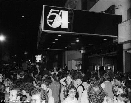 Khung cảnh bên trong một hộp đêm năm 1977.