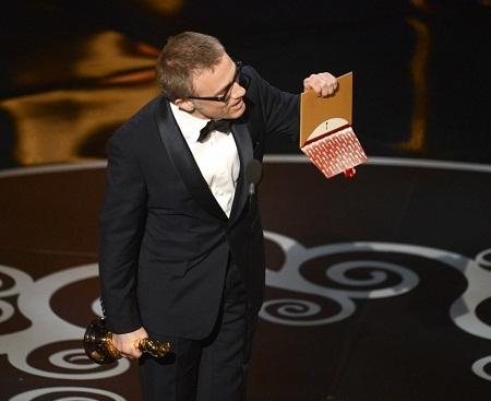 Những chiếc phong bì này sau đó sẽ được trao cho người thắng giải.