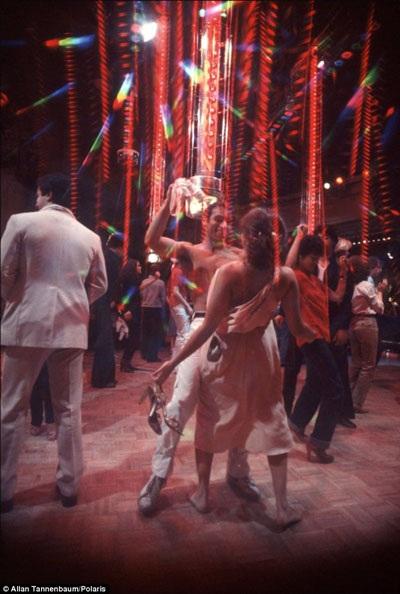 """Một thanh niên nhảy """"sung"""" đến mức cởi cả áo giữa sàn nhảy."""