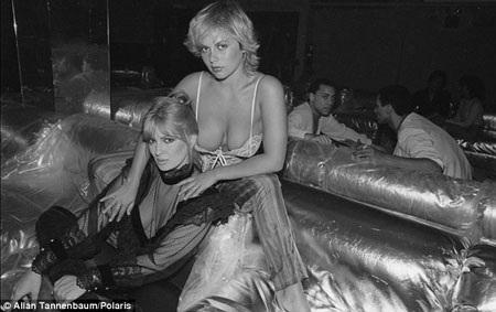 Hai nữ diễn viên Brooke Shields và Mariel Hemingway cũng tới hộp đêm.