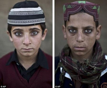 Em Hayat Khan (bên trái, 8 tuổi) và em Akhtar Babrek (bên phải, 13 tuổi).