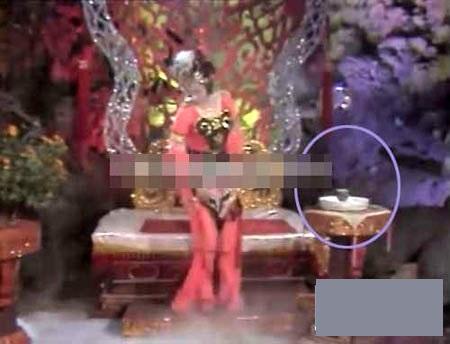 """Trong cảnh Tôn Ngộ Không chui vào bụng Thiết Phiến công chúa, chiếc bình """"lúc ẩn lúc hiện""""."""