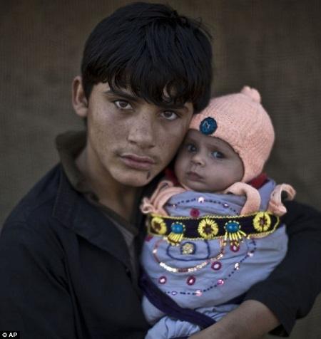 Em Laiba Hazrat, 6 tuổi, đang chùm một chiếc chăn mỏng lên mình để giữ ấm.