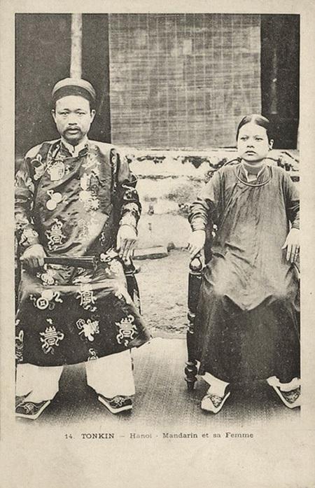 Một vị quan triều Nguyễn chụp cùng vợ của mình năm 1899.