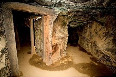 Một hang đá nhân tạo.