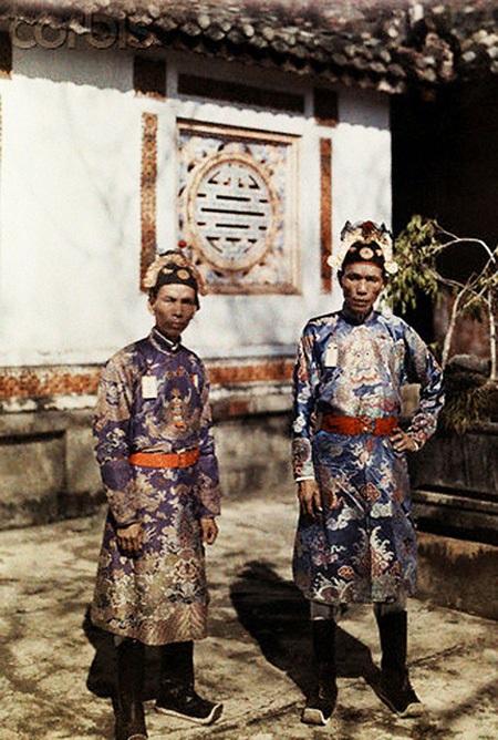 Hai vị quan phục vụ trong triều, ảnh chụp tại Huế năm 1931.