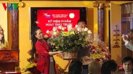 Đại diện các hội đồng hương tại Nga chúc mừng các thầy thuốc.