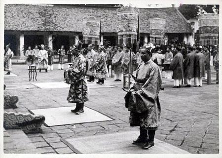 Lễ thiết triều của các quan lại triều Nguyễn, ảnh chụp năm 1926.